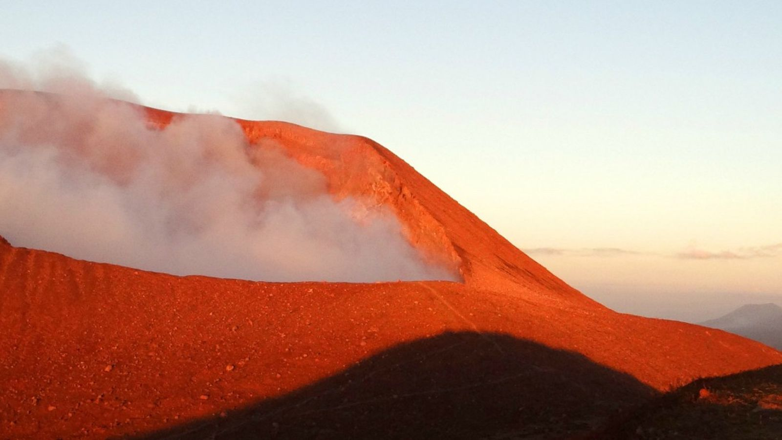 Sentir la terre gronder sous ses pieds, assister aux éruptions et humer les vapeurs de soufre, ...