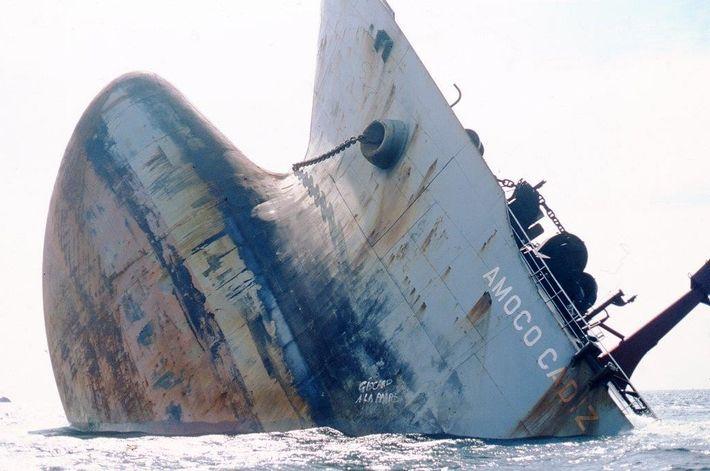 L'Amoco Cadiz a fait naufrage en bordure des côtes bretonnes, à Portsall (Finistère), provoquant une marée ...