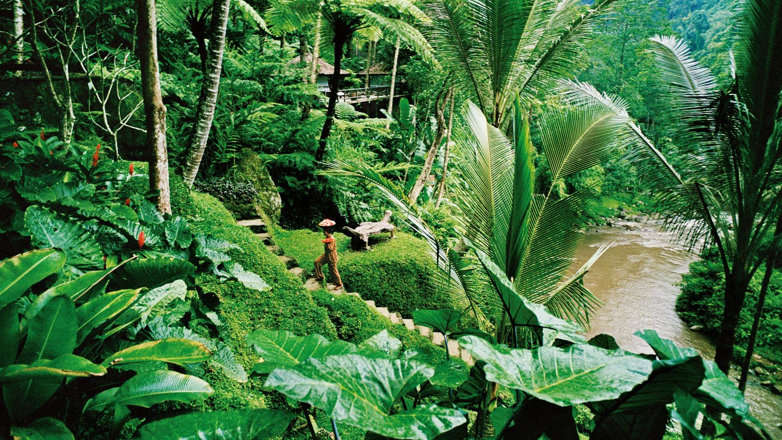 Numéro d'équilibriste dans les luxueux jardins du Sayan Resort, dans le centre-sud de l'île.