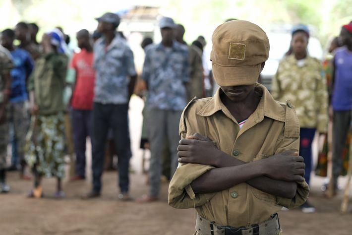 Le 17 avril 2018 à Yambio dans le Soudan du Sud, Jackson, 13 ans, se tient ...