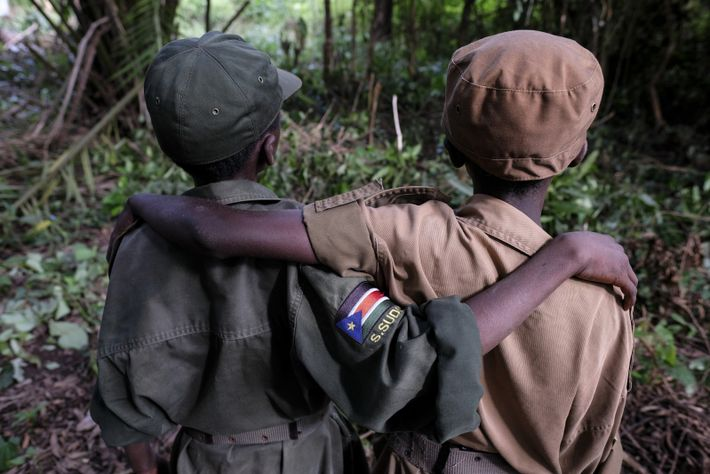 Ganiko , 12 ans, et Jackson, 13 ans, se tiennent debout lors d'une cérémonie de libération ...