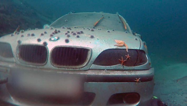 Une voiture à la mer