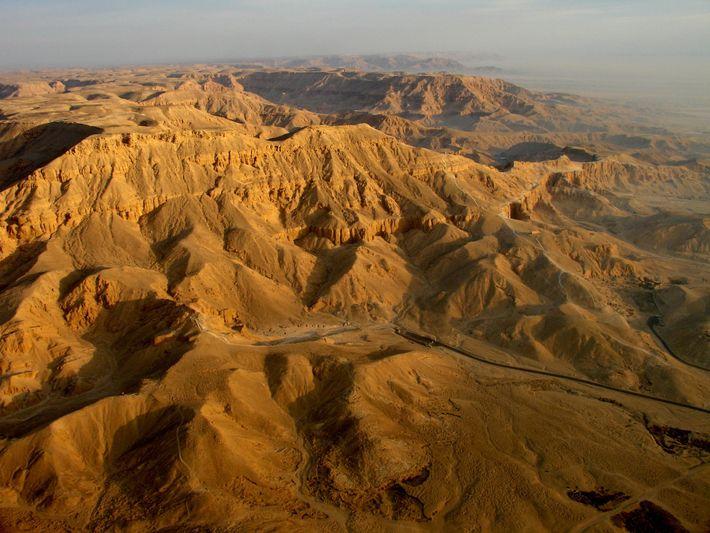 La vallée des reines vues depuis une montgolfière à Luxor, en Égypte. La route visible depuis ...