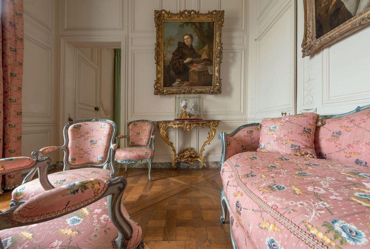 Bien que Louis XV ait utilisé le pavillon du Parc-aux-cerfs comme « garçonnière », ses favorites ...