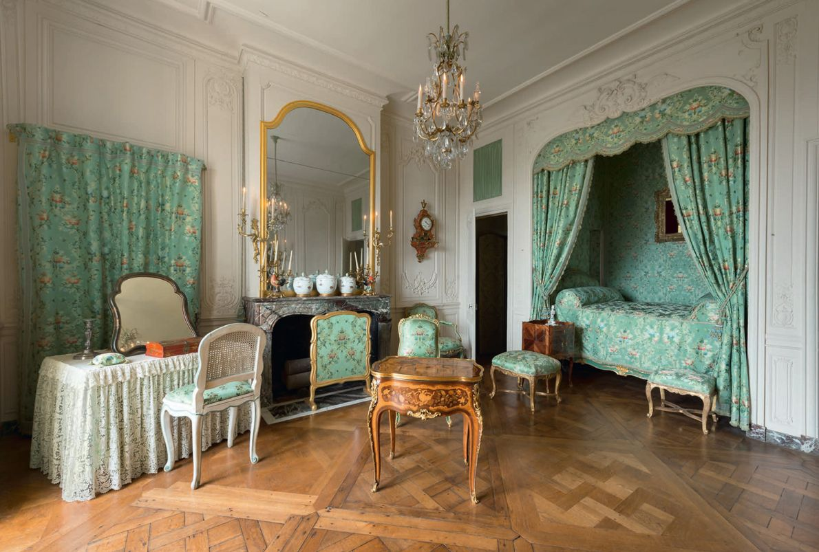 L'appartement de la marquise de Pompadour présente des tentures en soie verte et un mobilier très ...