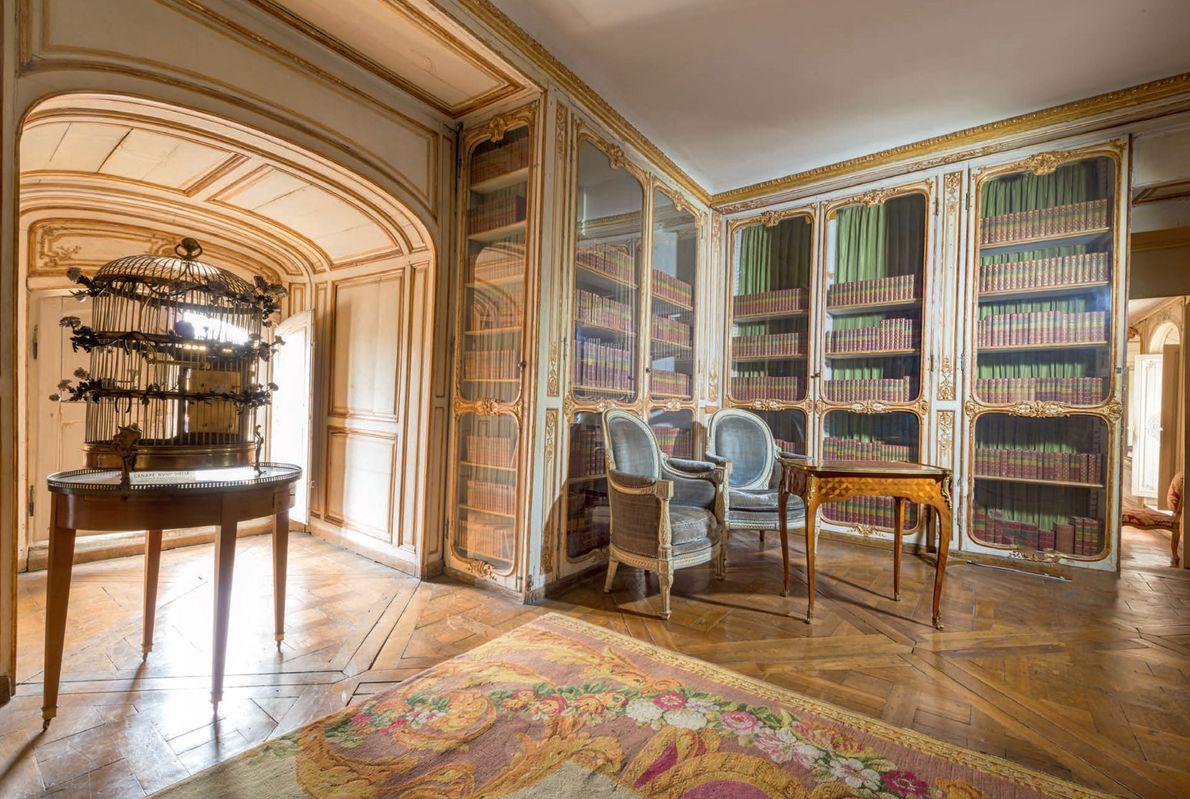 Cette élégante bibliothèque donnant sur la cour royale faisait partie des appartements des favorites. Madame du ...