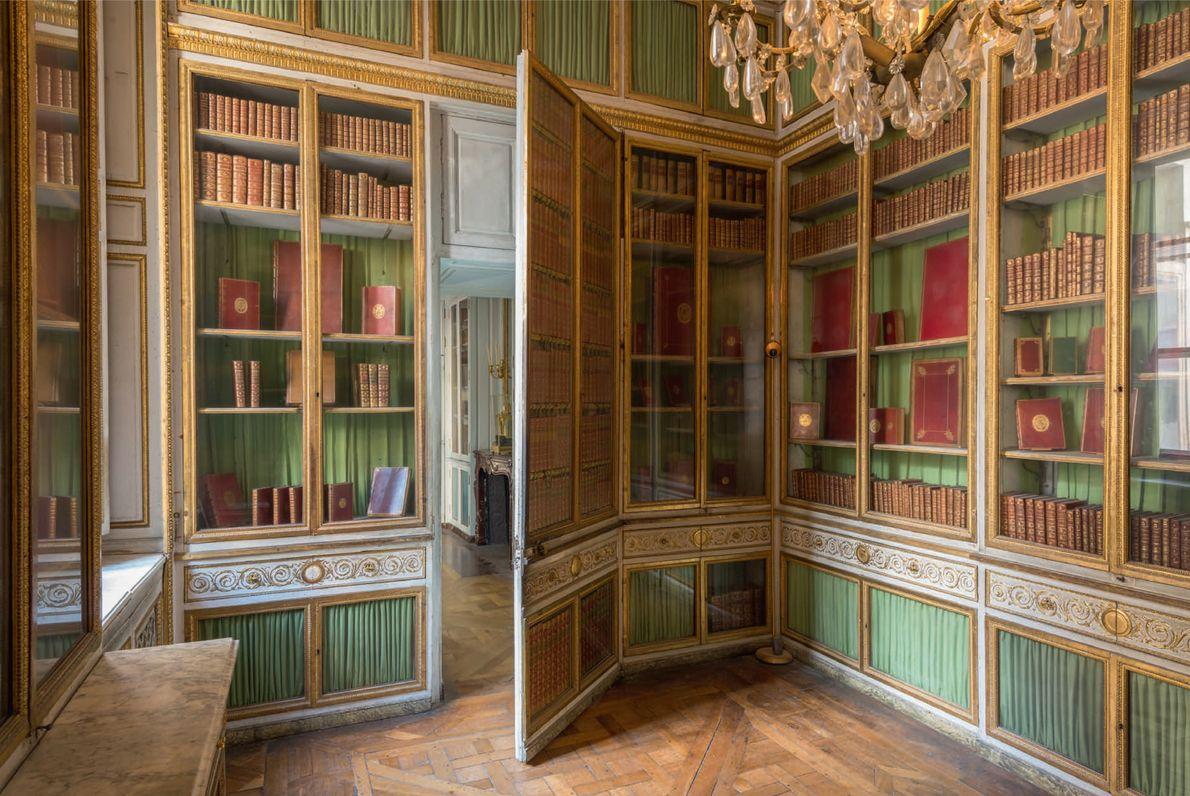 Le décor complexe de la bibliothèque de la Reine dans les tons de vert et d'or ...