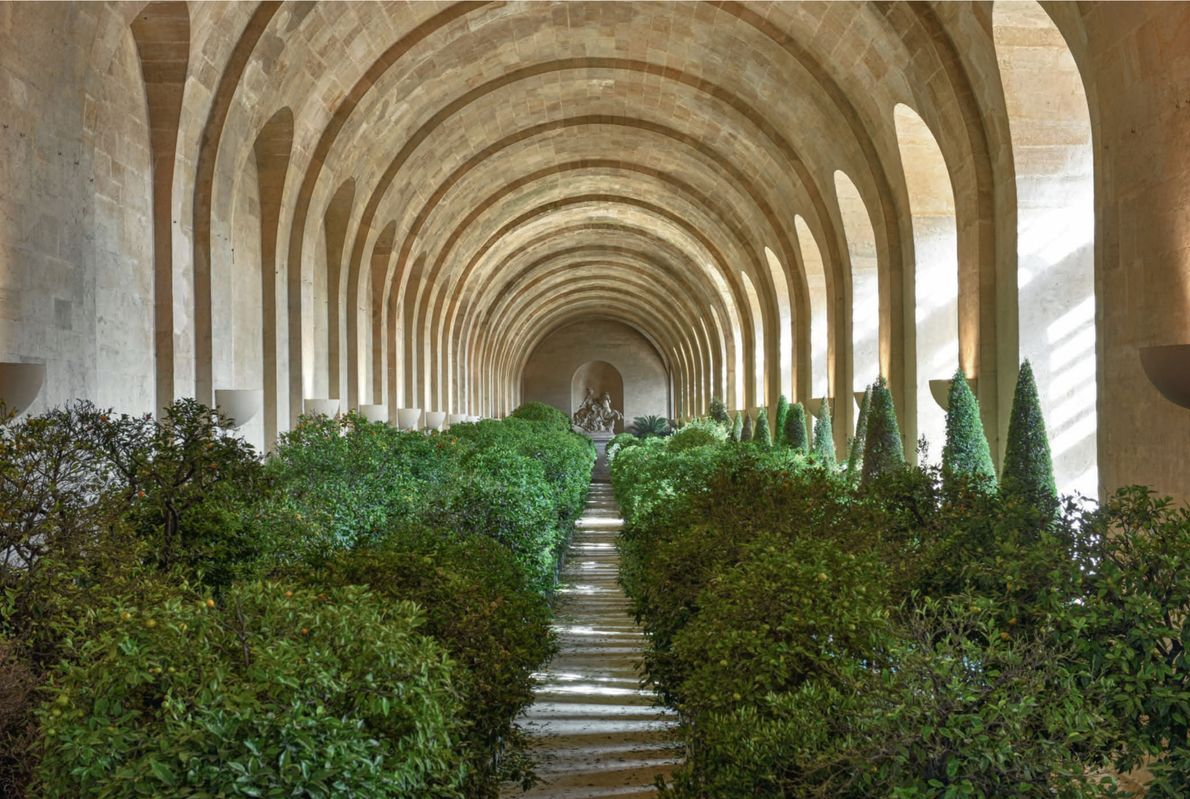 Formée d'une galerie centrale de 150 mètres de long et d'une façade orientée vers le sud, ...