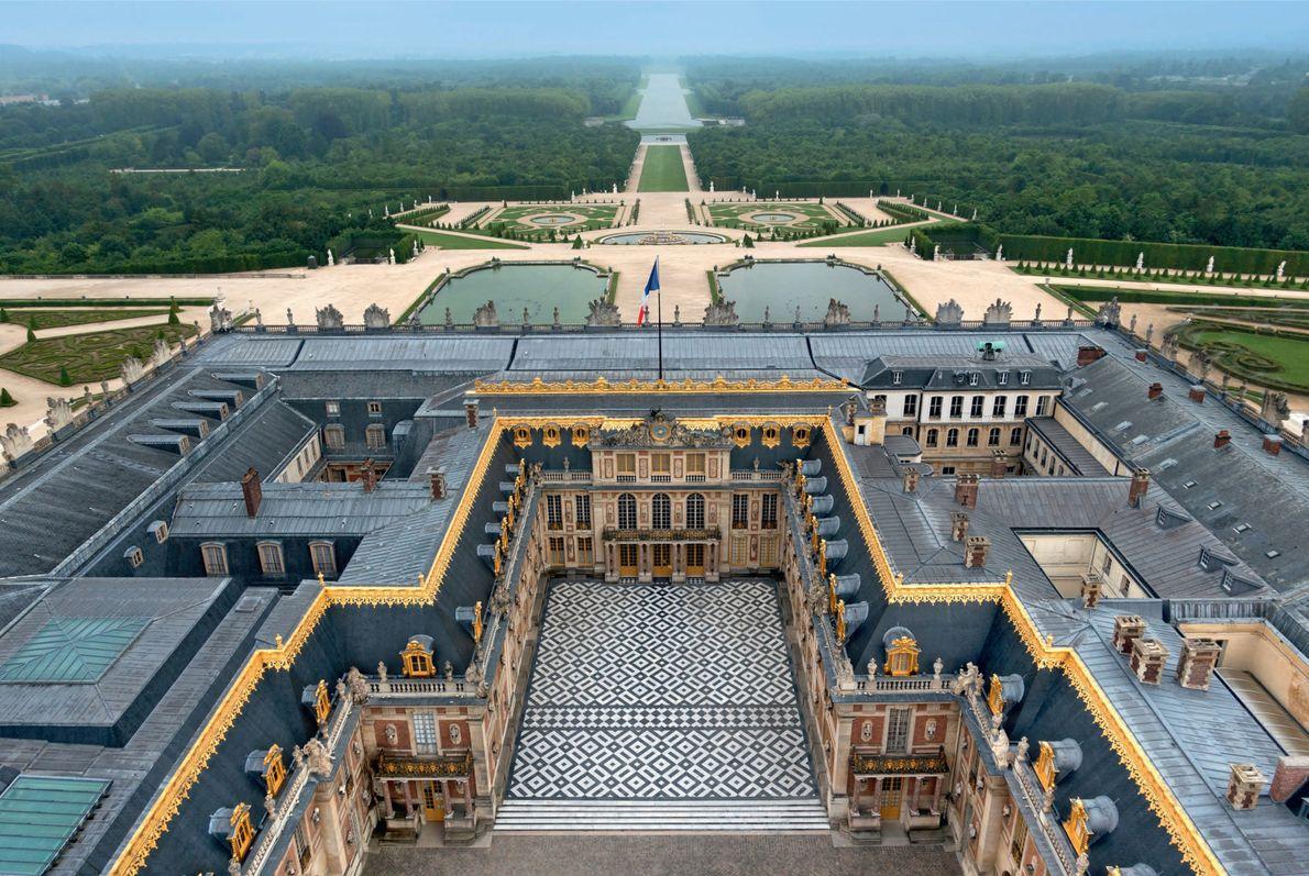 Le Roi Soleil a fait édifier ce luxueux palais le long d'un axe est-ouest afin de ...