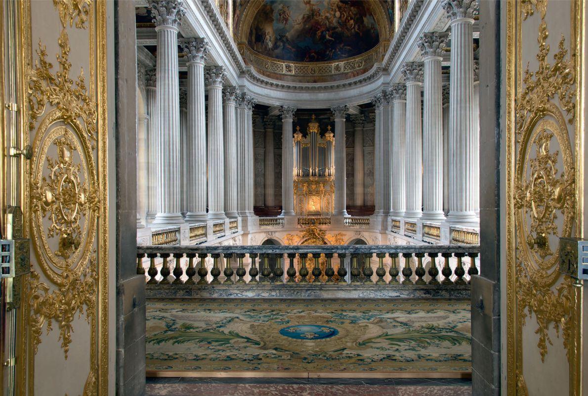 Cette double porte à couper le souffle menant au premier étage de la chapelle royale donnait ...