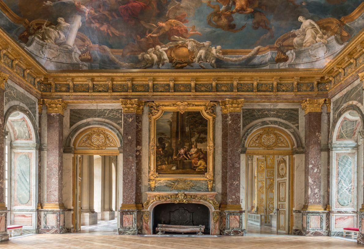 Le plus grand de tous les salons du palais, le salon d'Hercule aux murs de marbre ...