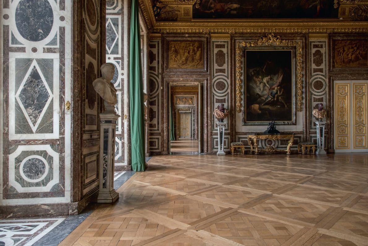 Surnommé la « salle des applaudissements », le salon Diane avait auparavant en son centre une ...