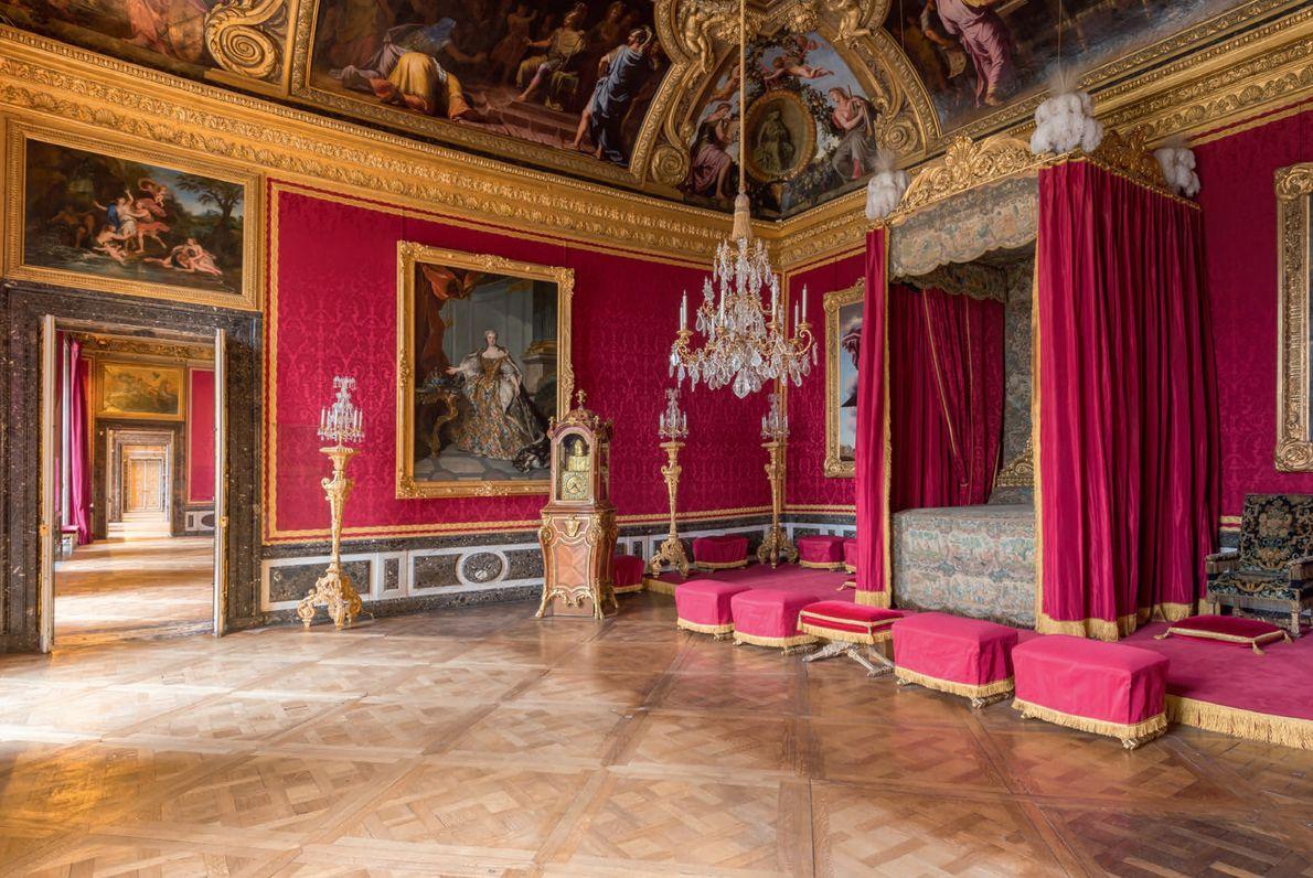 Le superbe Salon de Mercure recouvert de damas cramoisi était à l'origine la chambre principale du …