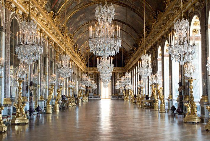 La Galerie des glaces, connue auparavant sous le nom de Grande Galerie, est une des plus ...