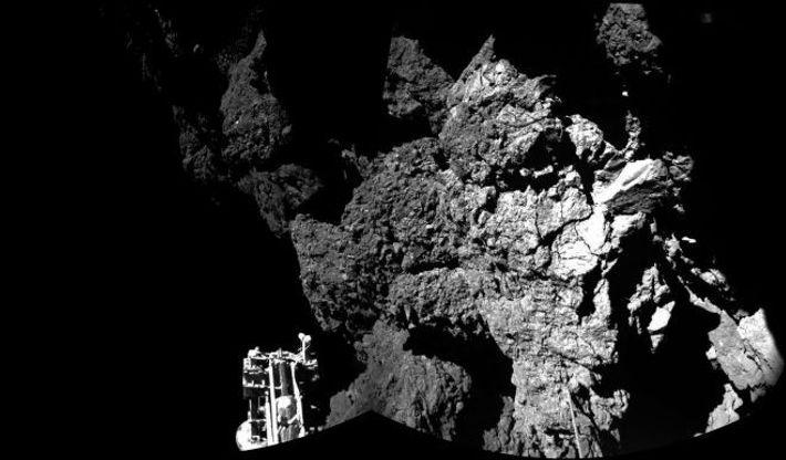 On voit sur cette image l'un des trois pieds de Philae.