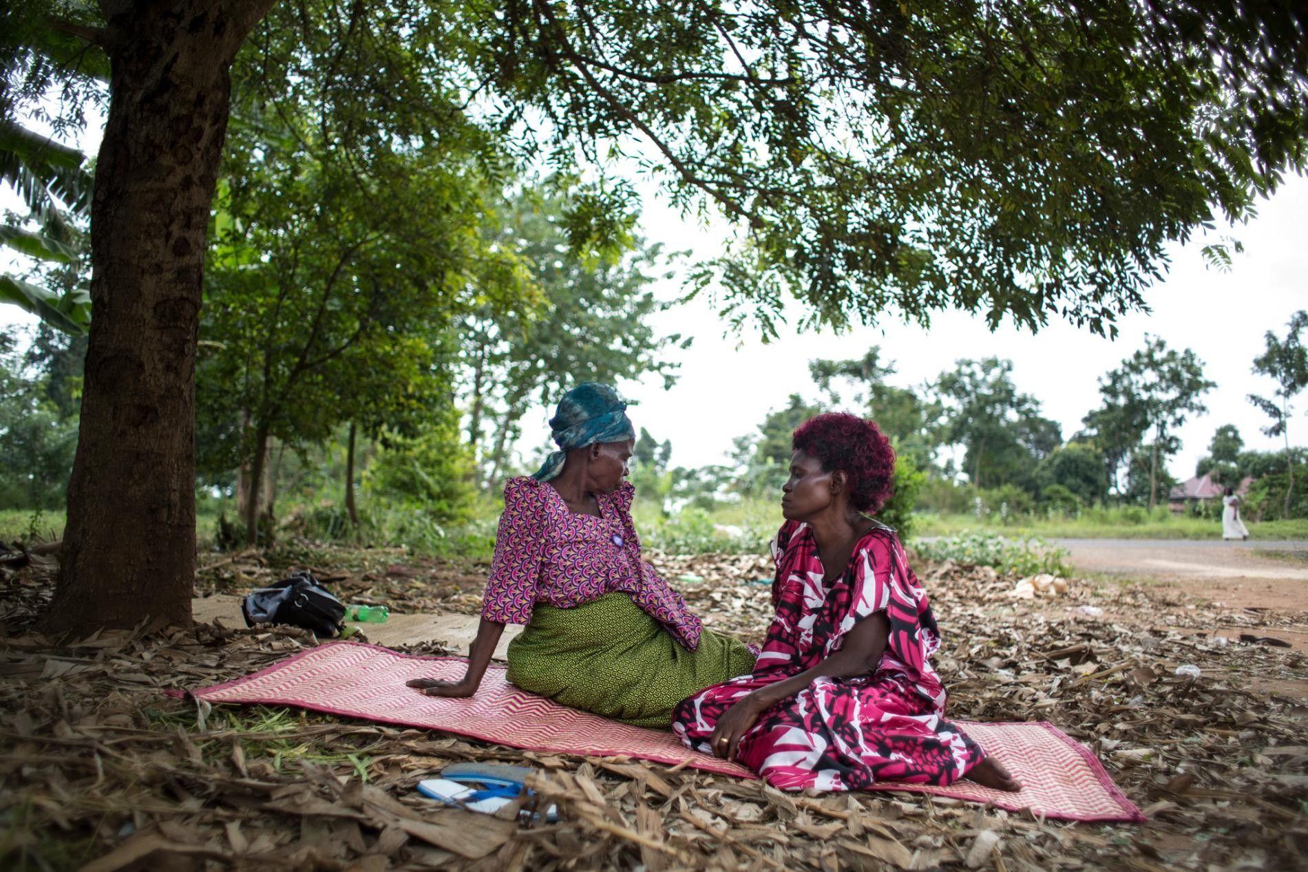 OUGANDA - Avec sa belle-mère, dont le mari est décédé il y a 30 ans, Sekimuli, ...