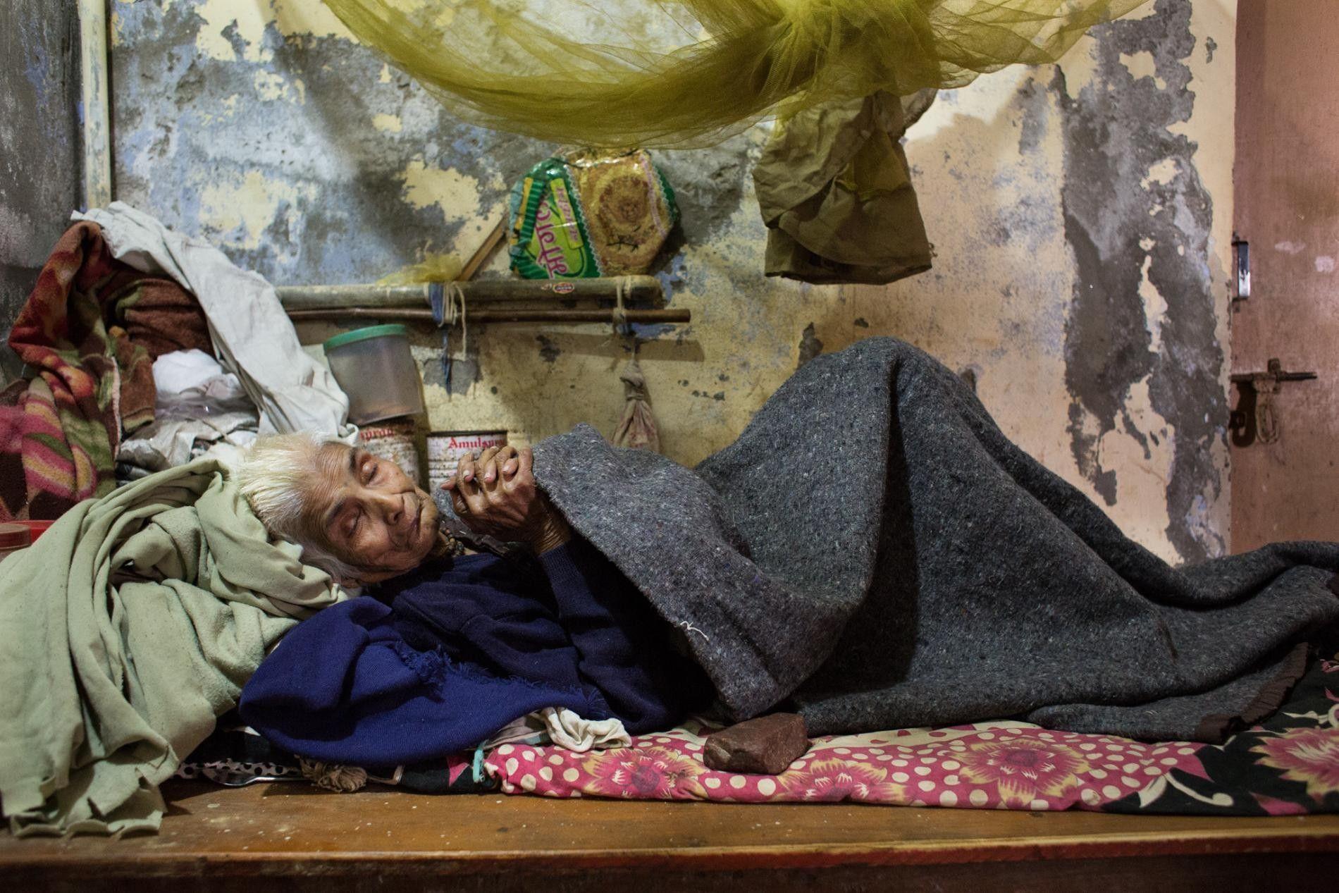 INDE - Les affaires d'une veuve l'entourent dans un ashram de Varanasi qui, depuis des générations, ...