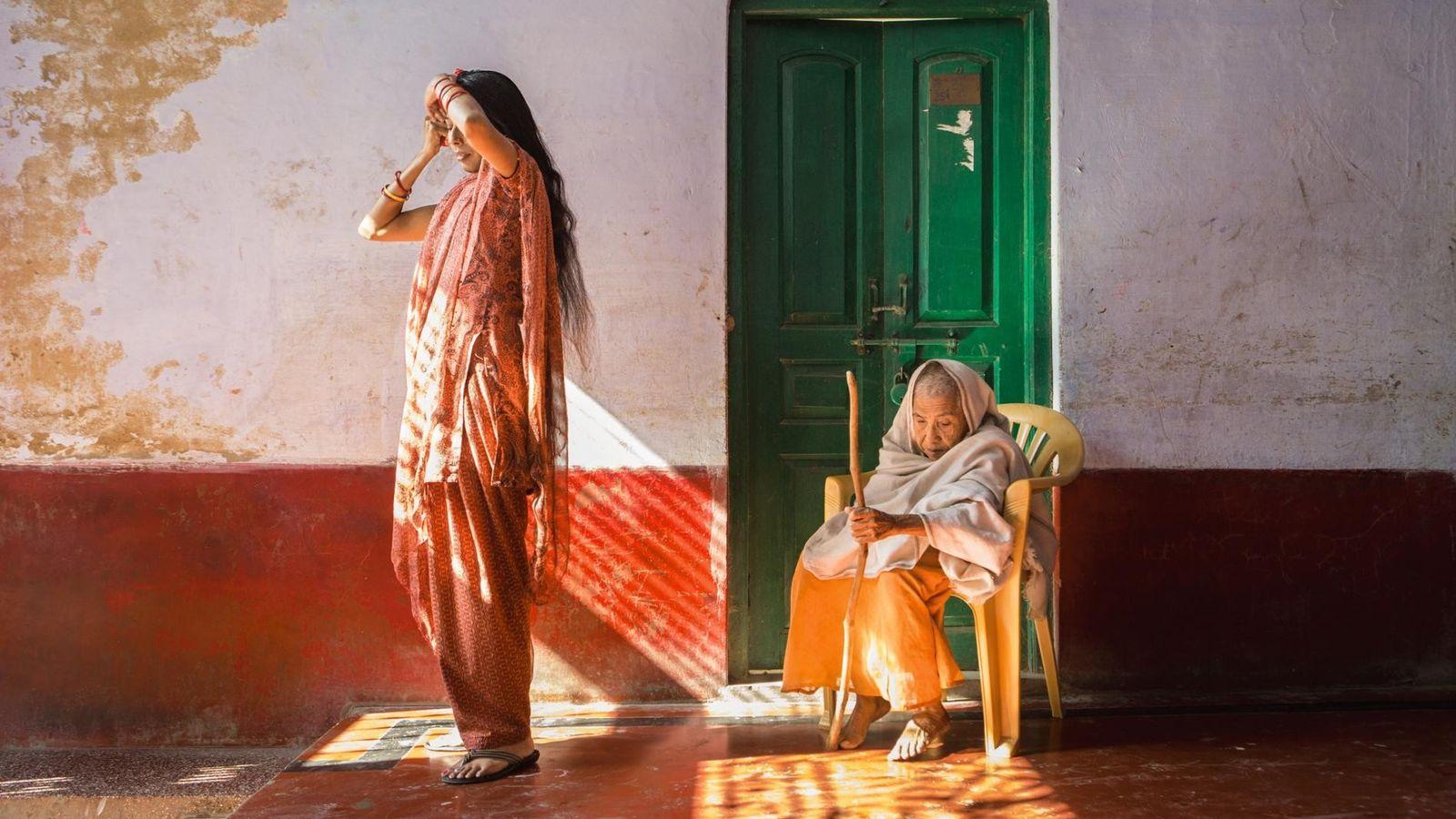 INDE - Dans un foyer de Vrindavan, Lalita (à droite) porte les cheveux ras et l'étoffe ...