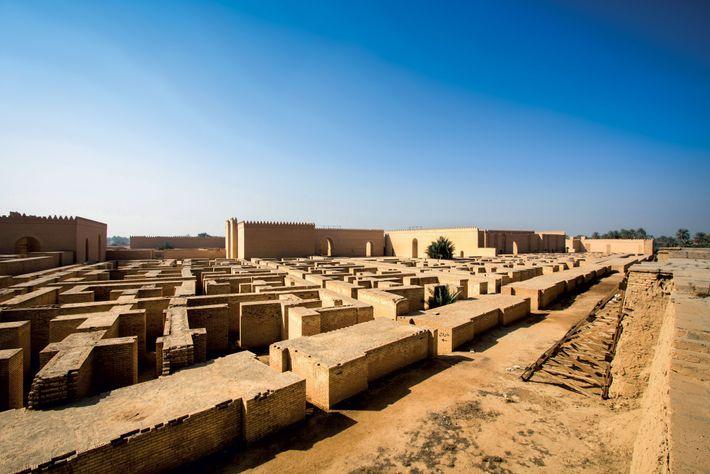 Des auteurs ont attribué à Sémiramis la fondation de Babylone et la construction de ses remparts ...