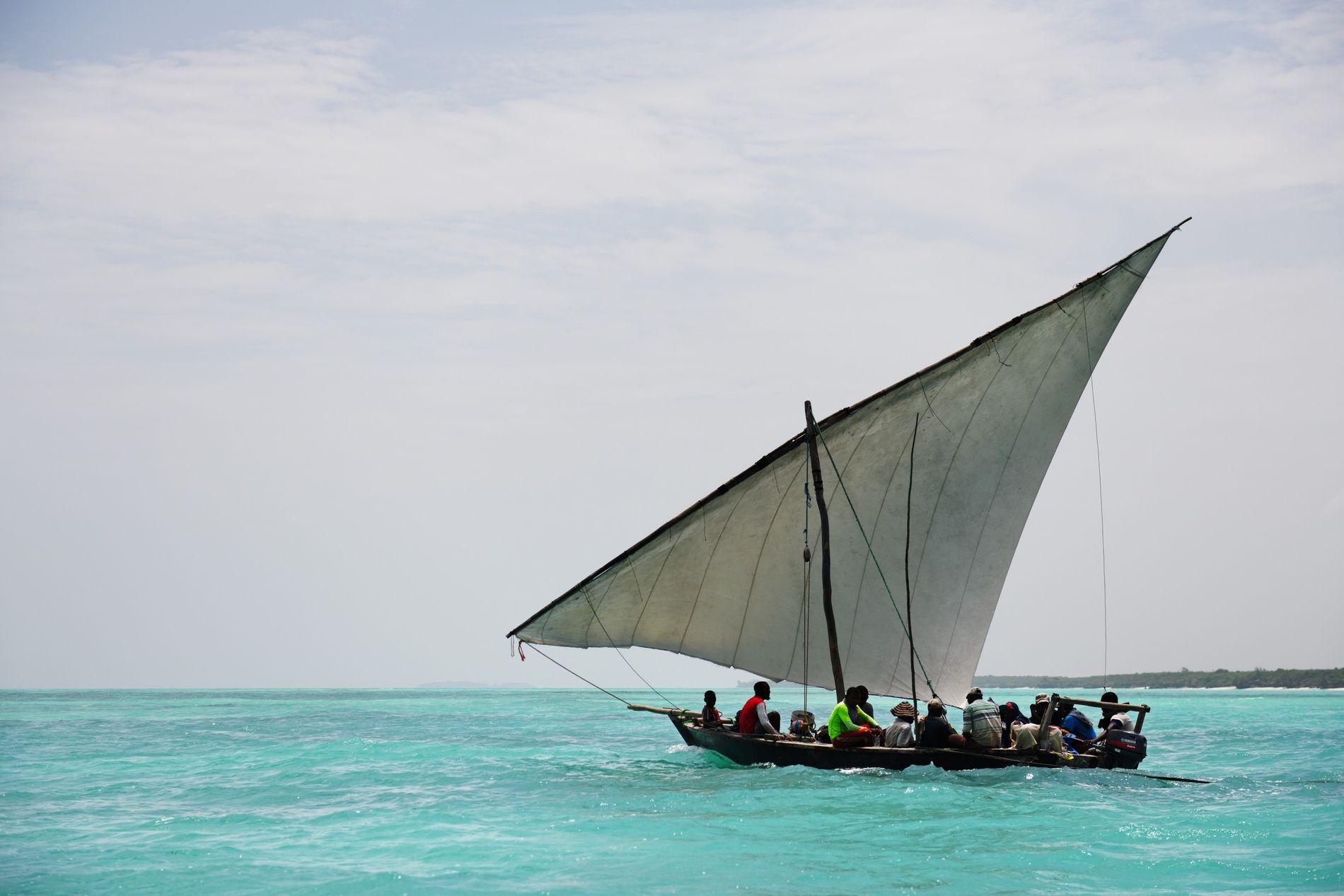 Sur la côte nord de l'île, face au petit village de Nungwi, les hommes partent à la pêche sur des boutres, des bateaux traditionnels faits en acajou et en bois de mangrove.