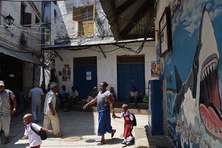 Jaws Corner est le lieu de rassemblement des habitants de Stone Town, la « ville de ...