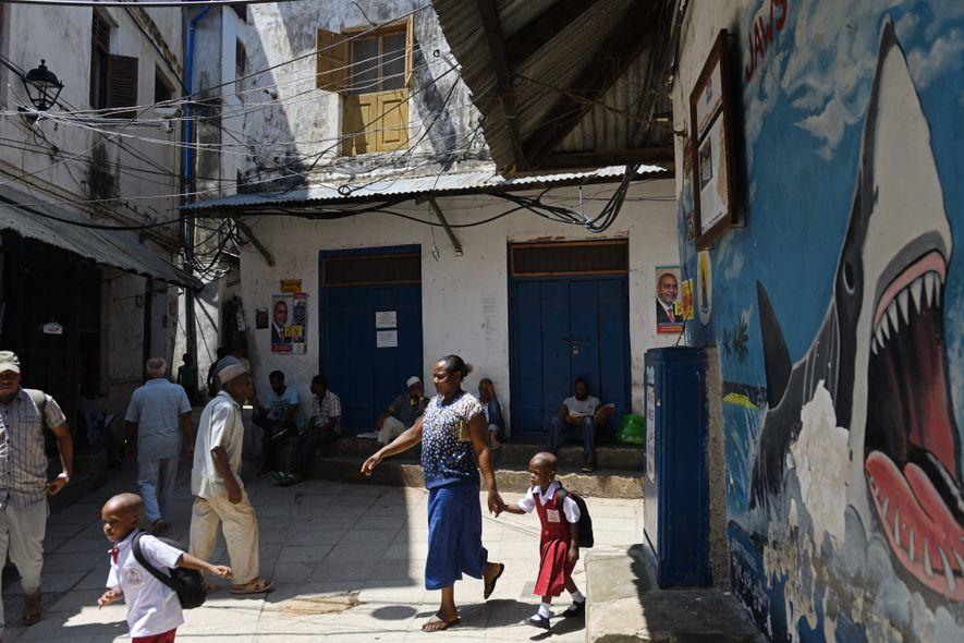 Jaws Corner est le lieu de rassemblement des habitants de Stone Town, la « ville de pierre », classée au patrimoine mondial de l'Unesco. Des hommes, jeunes et vieux, s'y retrouvent en fin d'après-midi autour d'un café, ou le soir pour regarder des matchs de foot sur la télé installée dans l'un des coins de la place. Dessiné sur le mur de droite, un requin, qui représente la Tanzanie continentale, veut engloutir une mouette, figurant Zanzibar. Cette fresque reflète le sentiment d'une partie de la population de l'archipel qui souhaite l'indépendance.