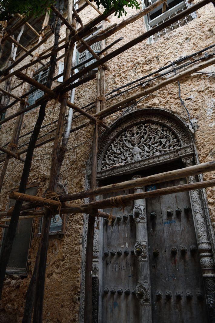 Témoignage de la richesse du propriétaire des lieux, les portes sont l'élément central des maisons zanzibarites. ...