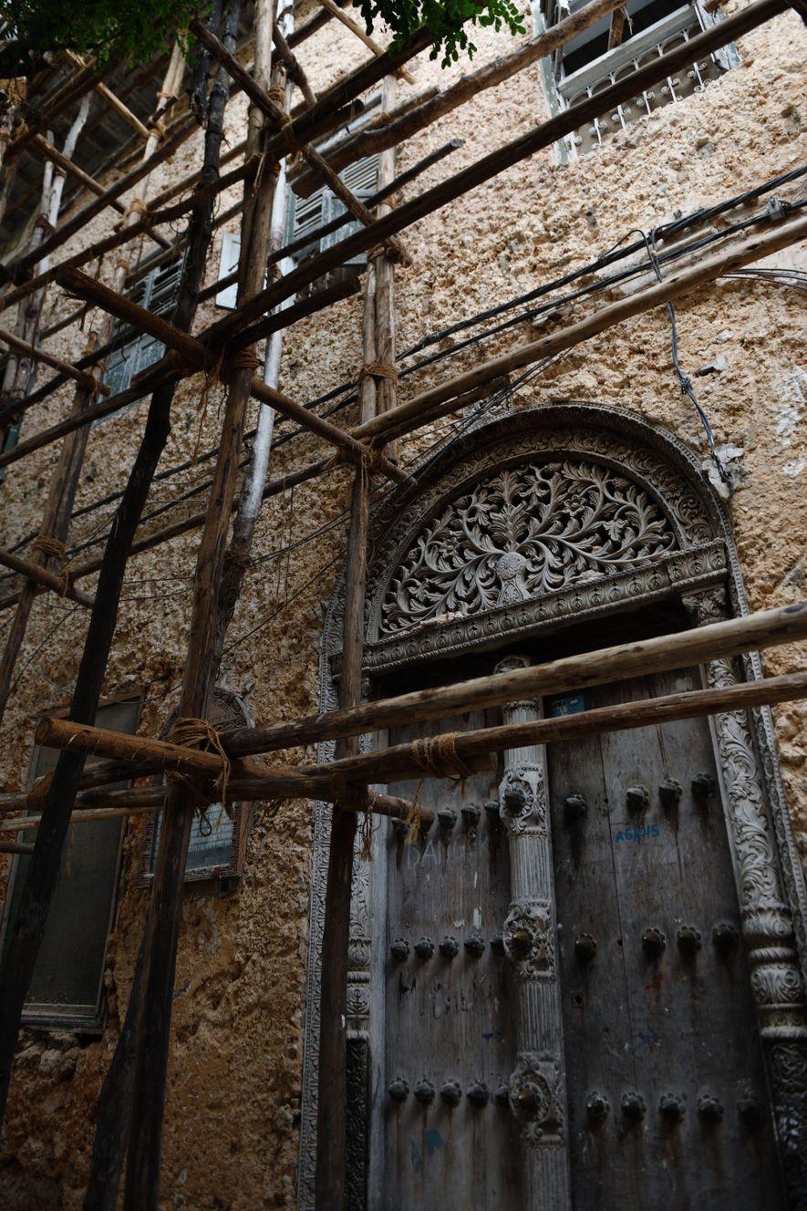 Témoignage de la richesse du propriétaire des lieux, les portes sont l'élément central des maisons zanzibarites. Ici, celle de la demeure de Tippu Tip, qui fut le plus célèbre – et le plus riche – marchand d'esclaves du XIXe siècle.
