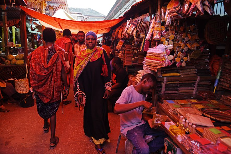 Tranche de quotidien à Stone Town : le marché central de Darajani. À l'intérieur, le secteur alimentaire de viande et de poisson, avec une section réservée à la vente aux enchères, ainsi qu'une succession d'étals de fruits et de légumes qui débordent jusque dans la rue. Plus loin, dans les allées étroites, sous les tissus tendus pour se protéger du soleil, on entre dans le secteur des épices. Curcumin, girofle, cannelle, cardamome, safran, piments, clous de girofle... y sont présentés dans une myriade d'emballages plastique empilés les uns sur les autres, qui forment un kaléidoscope de couleurs.
