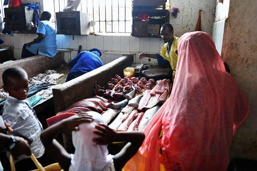 Pour améliorer les conditions de vie de ses habitants et trouver des fonds pour construire une école, le chef du village de Muyuni a misé sur le tourisme. On peut ici découvrir le quotidien des villageois et assister à des démonstrations de rituels traditionnels des marabouts.