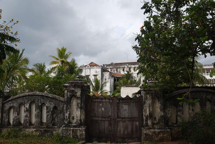 Ce palais délabré fut la résidence des sultans de Zanzibar jusqu'à la révolution de 1964. Après ...