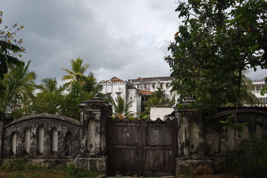 Ce palais délabré fut la résidence des sultans de Zanzibar jusqu'à la révolution de 1964. Après avoir servi de bâtiment administratif, c'est aujourd'hui un musée qui retrace l'histoire du sultanat aux XIXe et XXe siècles.