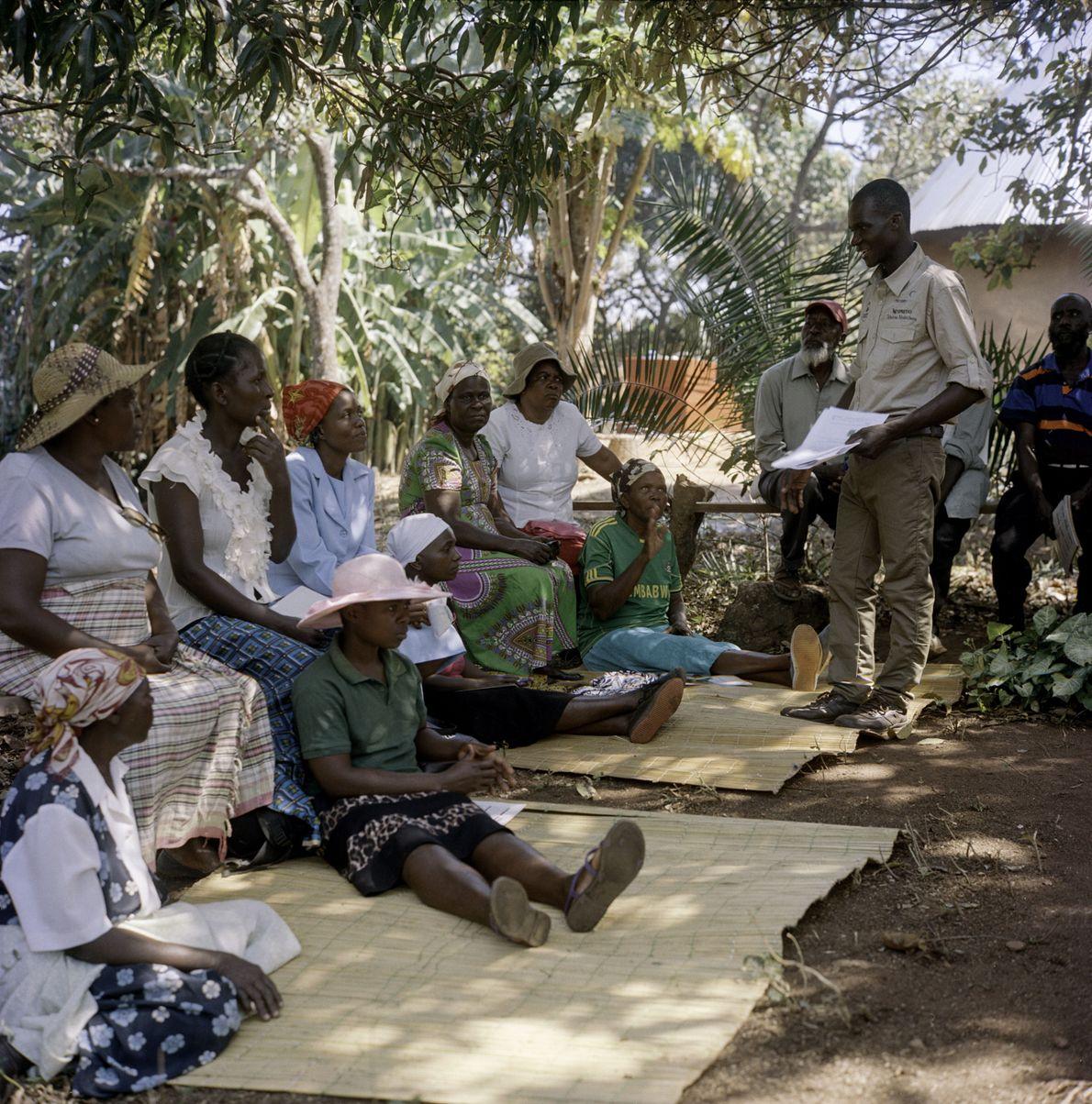 La formation est assurée par des agronomes et des formateurs agricoles de l'AAA, comme Tafadzwa Nyakuchena ...