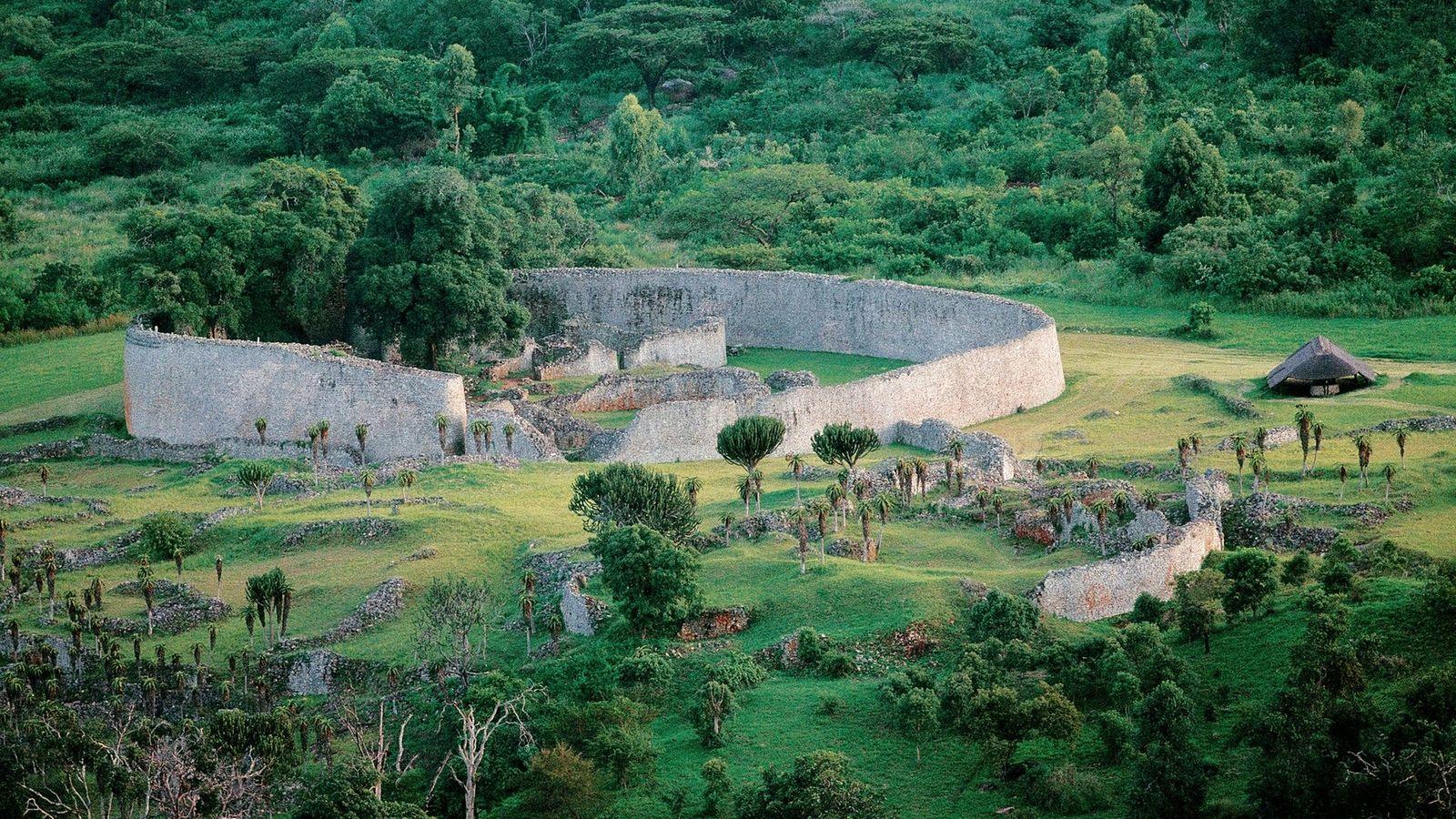 La large muraille qui constitue le Grand enclos du site du Grand Zimbabwe, construit entre le ...