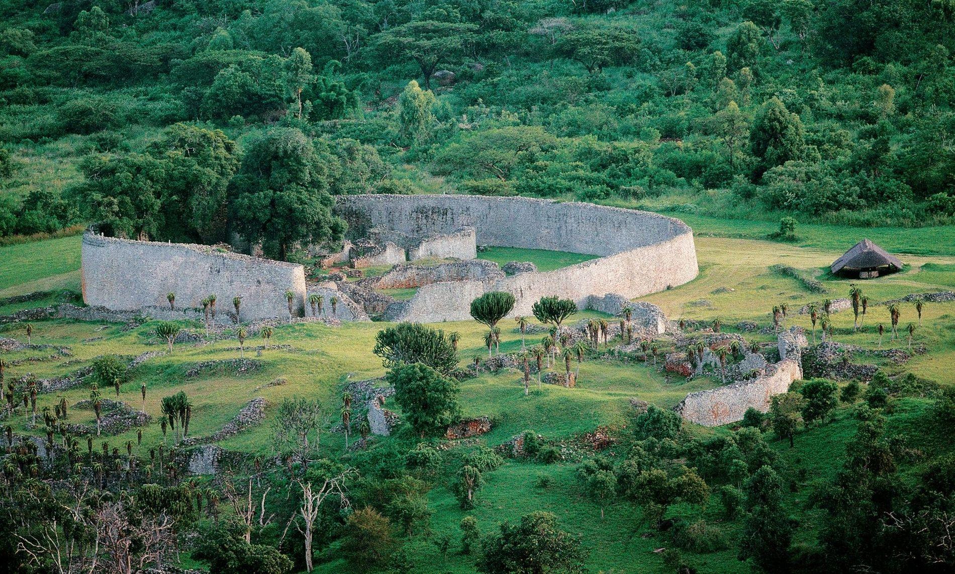 La large muraille qui constitue le Grand enclos du site du Grand Zimbabwe, construit entre le XIe et XVe siècle.
