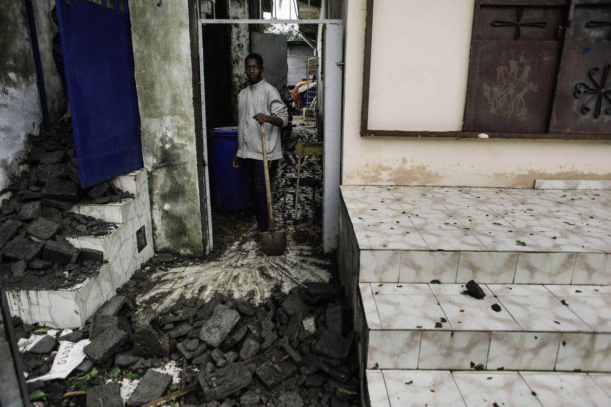 Route Ambassadeur, certaines maisons en briques ont elles aussi subi les vents violents. Stockés sur le ...