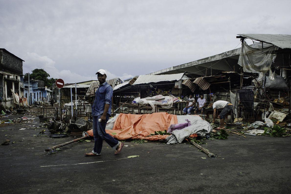 Le marché de Vouvouni a été en partie détruit par le passage de Kenneth. Ce qui ...