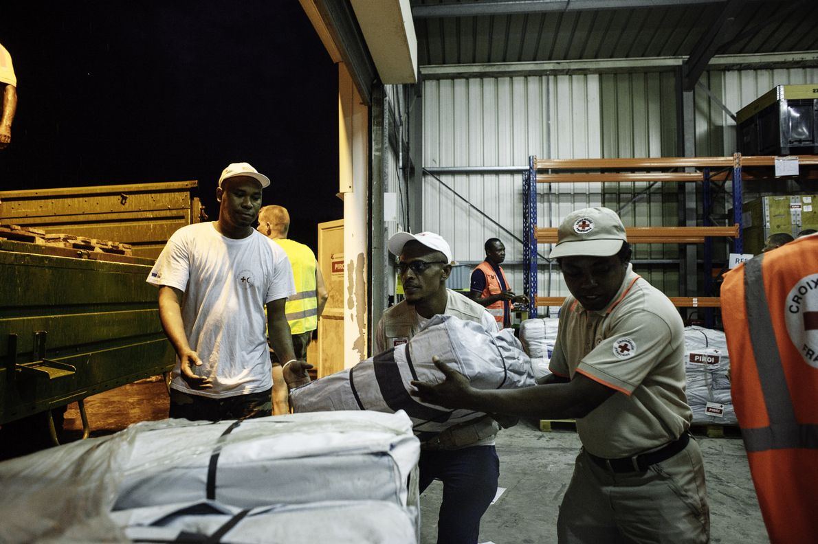 Près de l'aéroport de Dzaoudzi à Mayotte, des hommes de la légion étrangère et de la ...