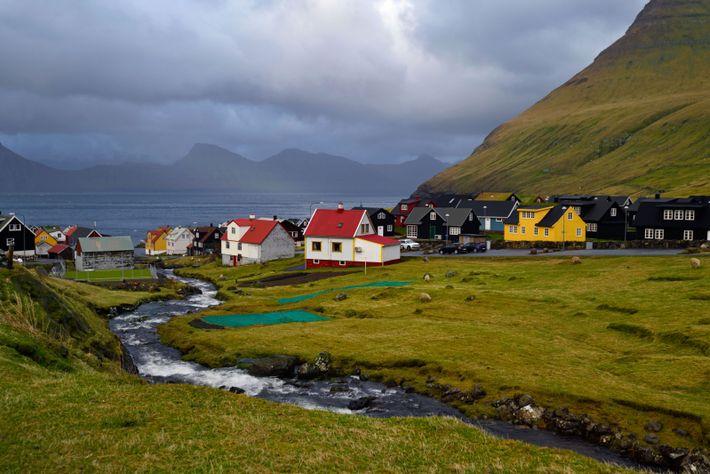 À la pointe nord de l'île d'Eysturoy, Gjógv est un petit village féringien typique, avec ses ...
