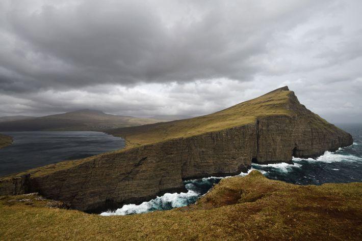 Le lac de Sørvágsvatn est le plus grand des îles Féroé. Il surplombe de 40 m ...