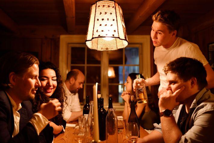 Un samedi soir à Tórshavn, chez Ræst, après le service. « Tout le monde se connaît, ...