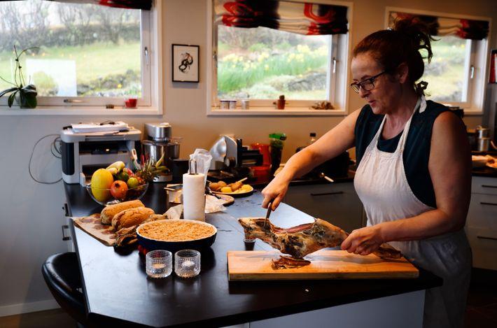 Durita Krosstand Gregorsan organise des dîners pour les touristes dans son appartement de Tórshavn. Elle les ...