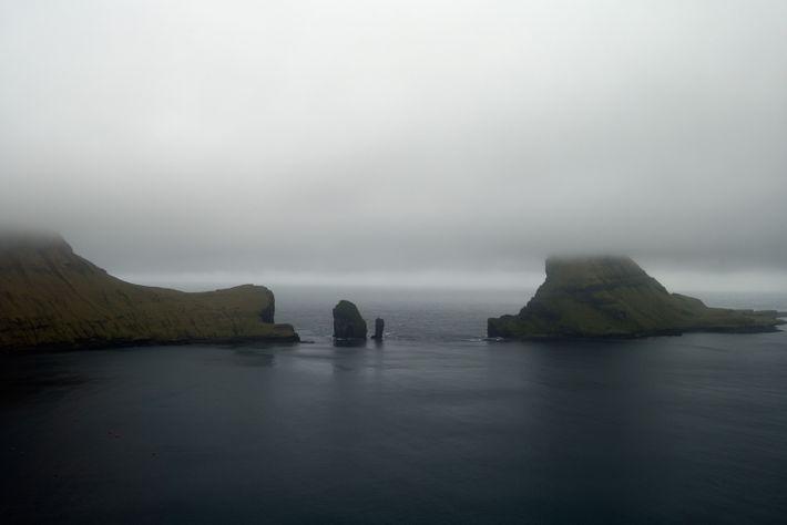 Aux Féroé, le brouillard fait partie du paysage. Ici, il enveloppe la moitié de l'île de ...