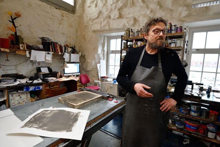 Randi Samsonsen, propriétaire de la galerie Steinprent, à Tórshavn, vend des lithographies d'artistes contemporains féringiens et ...