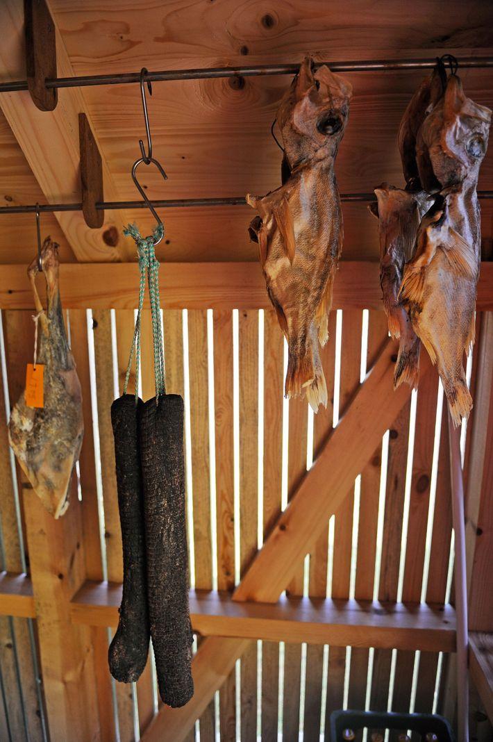 Chez Koks, des morceaux de baleine et de mouton, ainsi que des morues, pendent dans l'un ...