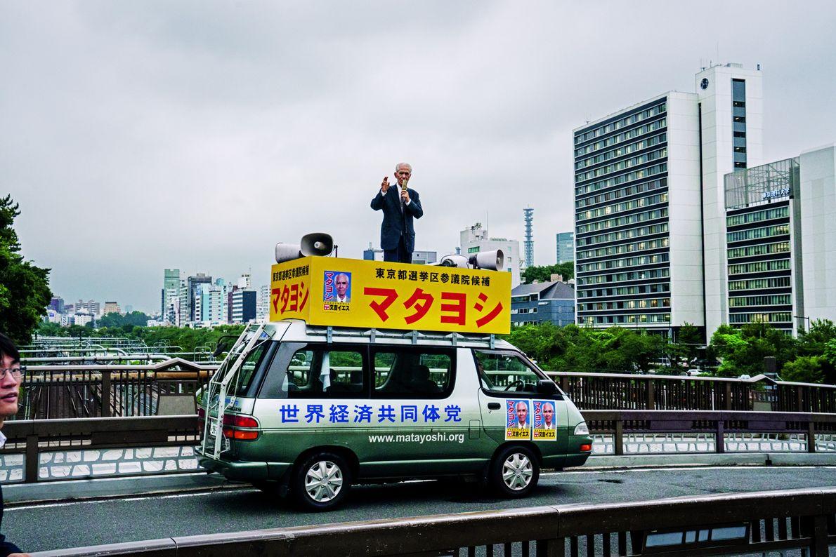 Juché sur le toit d'une fourgonnette, à Tokyo, Jésus Matayoshi prononce un violent sermon lors de ...