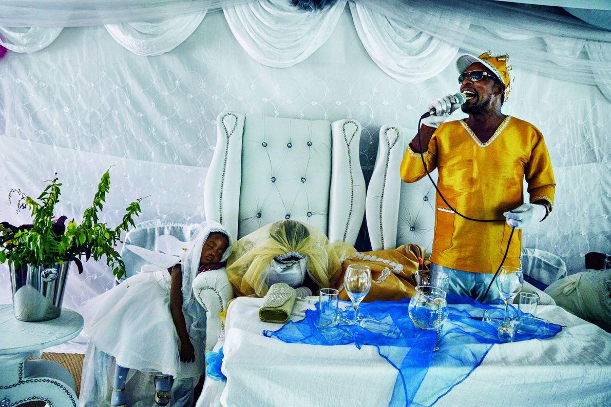 À Eshowe, en Afrique du Sud, Moses Hlongwane délivre un prêche à ses fidèles lors de ...