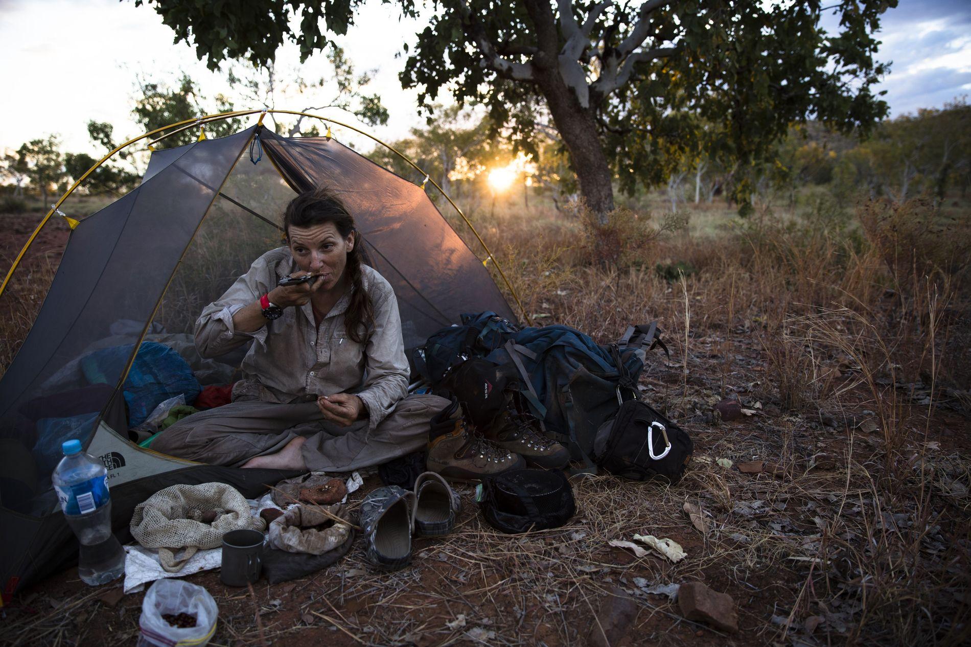 En 2015, Sarah Marquis traverse à pied le Kimberley, dans le nord de l'Australie-Occidentale, se nourrissant de ce qu'elle trouve dans ce milieu hostile.
