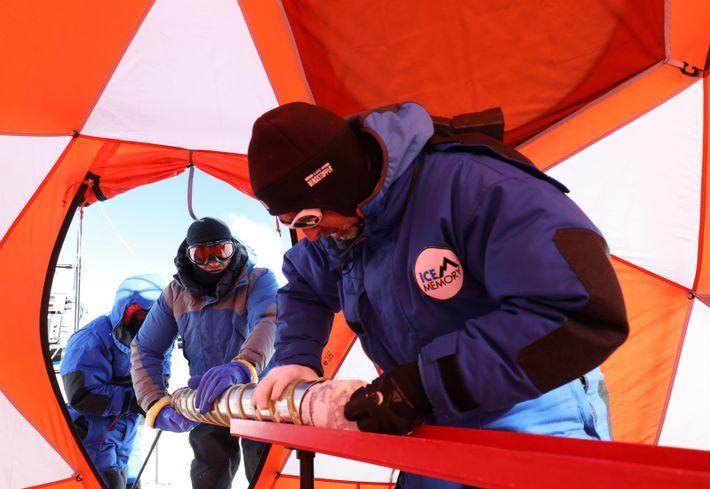 Les conditions pour récolter ces carottes glaciaires sont parfois très dures. Seuls les scientifiques les plus ...