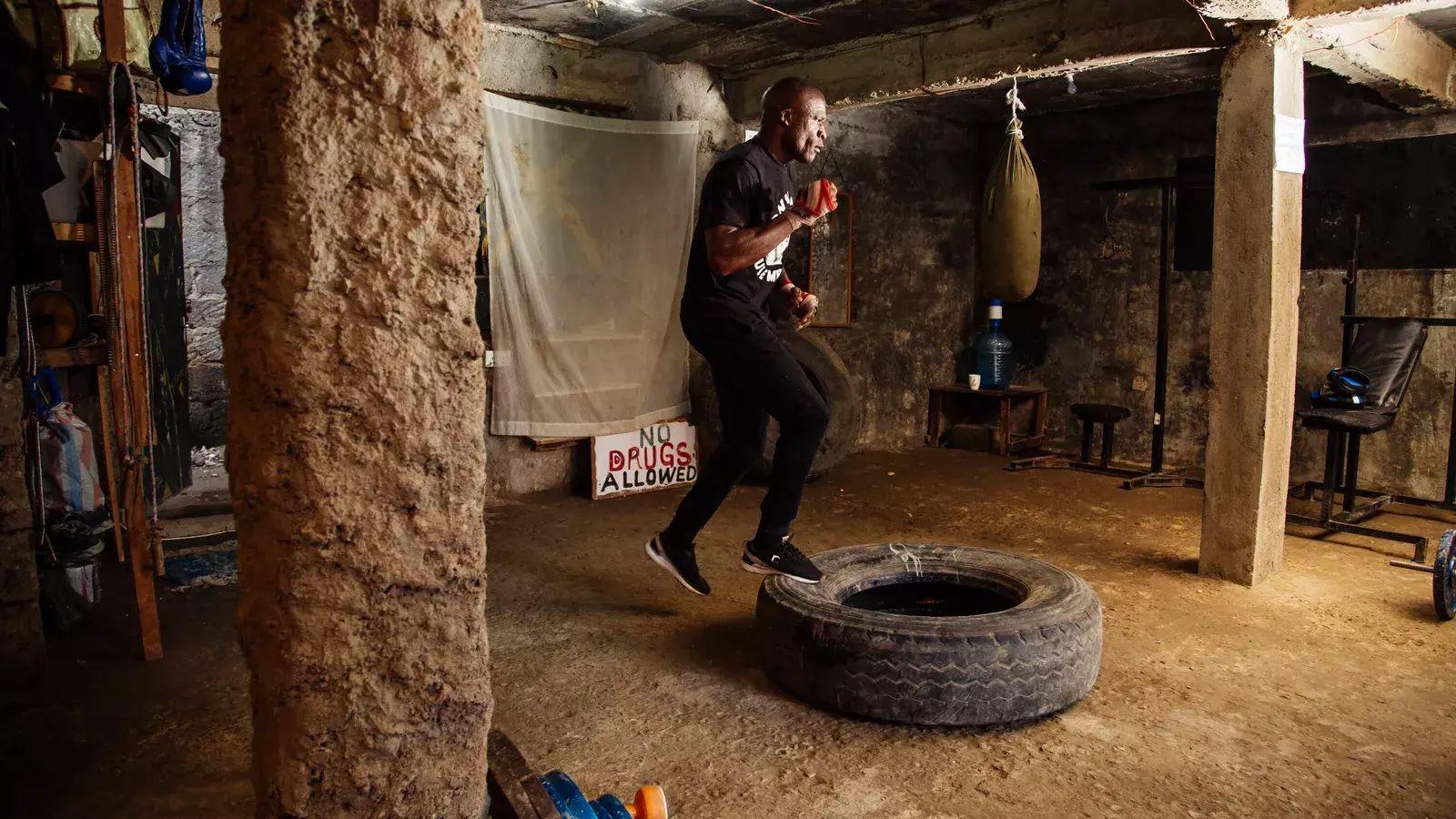 James Onyango, dit « Onyi Yule Mbaya », s'entraîne dans sa salle de sport à Kariobangi, Nairobi. Titré champion des poids ...